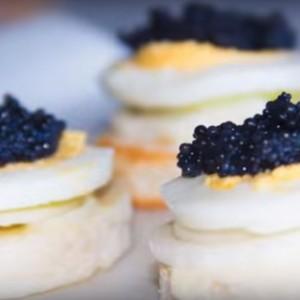Бутерброд канапе с черной икрой фото