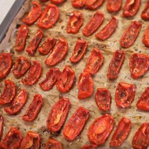 Готовые вяленые кусочки помидоров