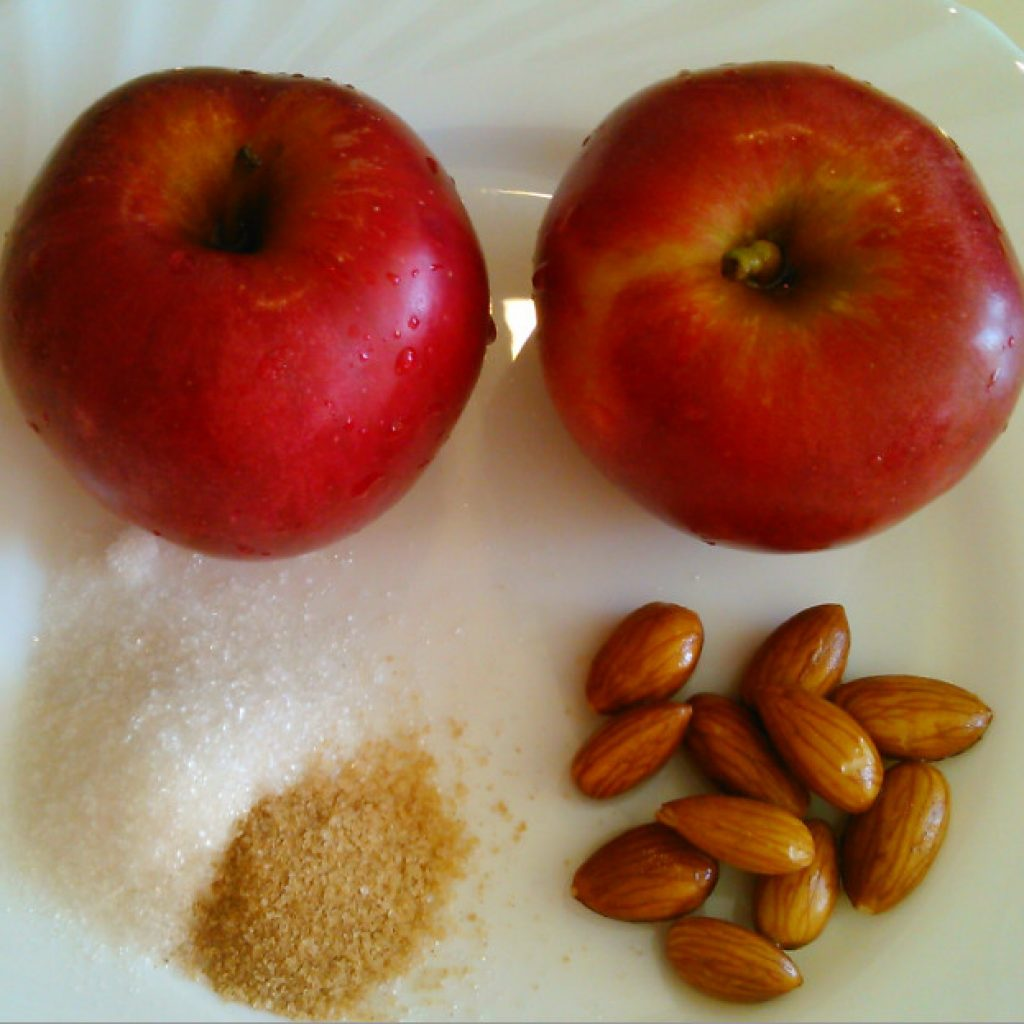 Яблоки красного сорта с миндалём и сахаром