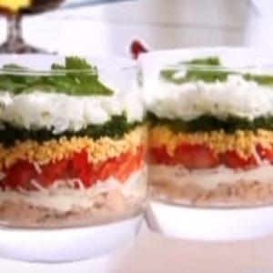 Овощной салат с креветками и кальмарами
