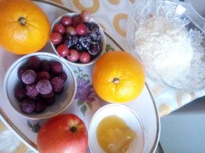 Начиняем утку фруктами, ягодами и рисом перед запеканием