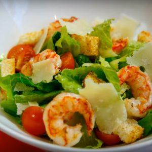 Вкусный салат креветки с помидорами и сыром