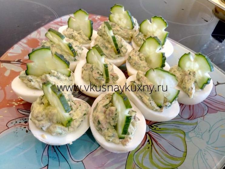 Фаршированные печенью трески яйца с огурцом и чесноком
