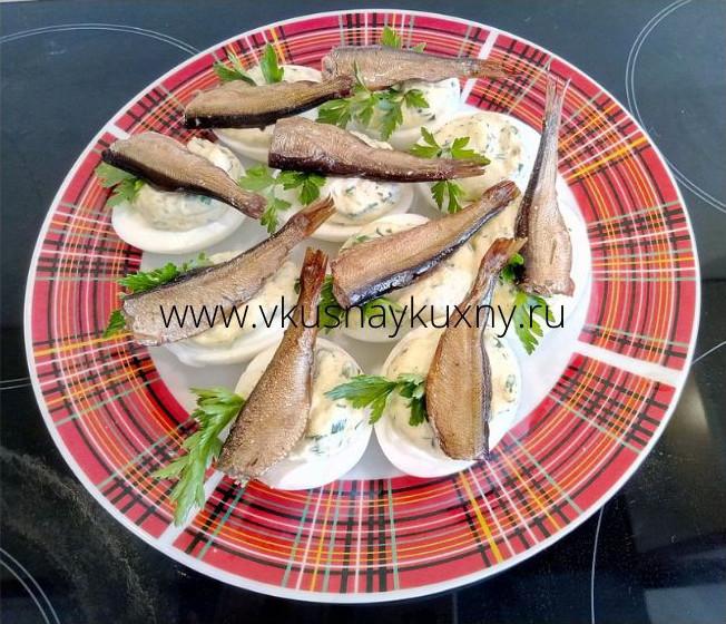 Фаршированные яйца шпротами и петрушкой с репчатым луком