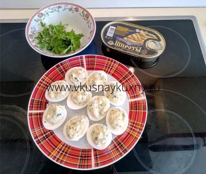 Фаршируем яйца шпротами и петрушкой с репчатым луком