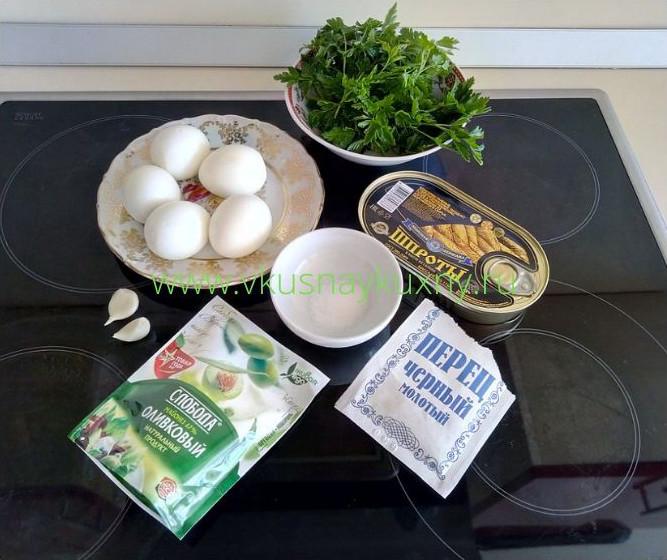 Ингредиенты для фаршированных яиц шпротами и петрушкой и репчатым луком