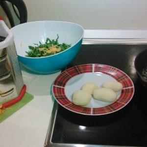 Натертая тыква, картошка и шпинат с луком