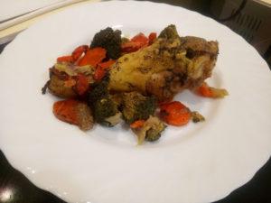 Приготовленная курица в банке с овощами