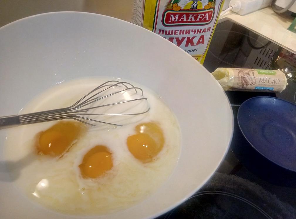 Добавляем яйца в основу для теста по кабардински