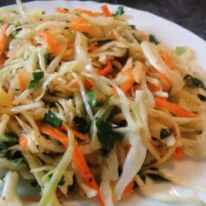 Капустный салат с морковкой и яблоком