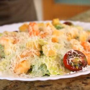 Как готовить салат цезарь с курицей и сухариками