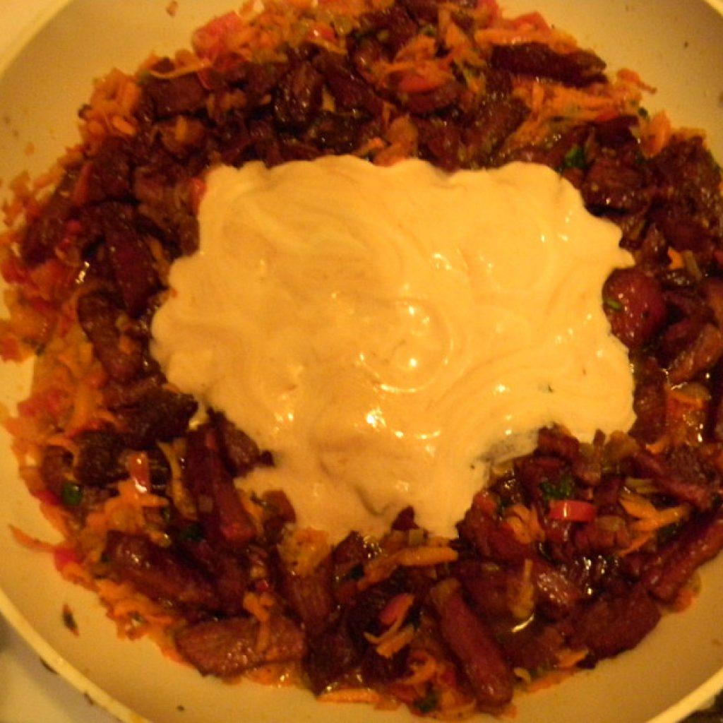 Как приготовить бефстроганов из говядины со сметаной и овощами