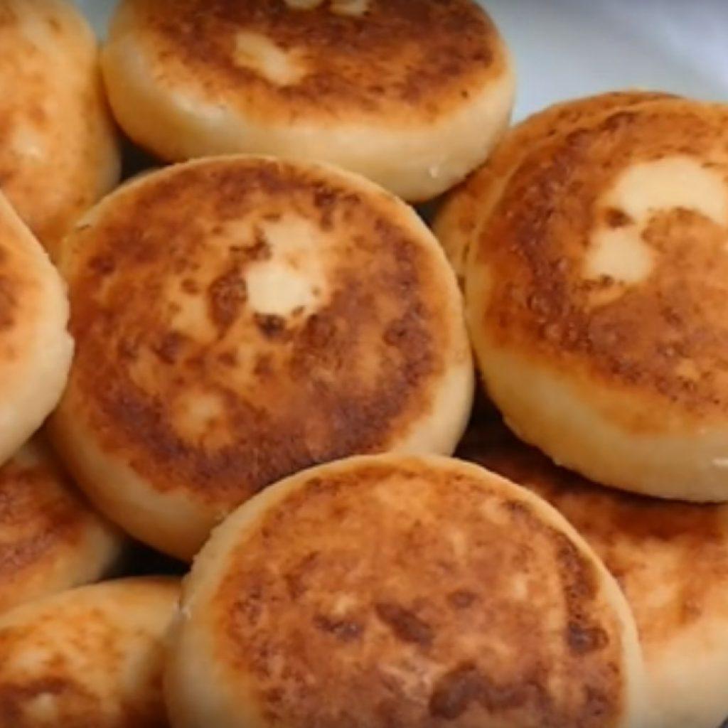 Рецепт вкусных сырников из творога с манкой и корицей