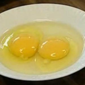 Сырые яйца на тарелке