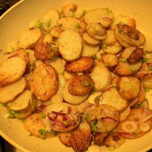 Как приготовить молодую картошку на сковороде в сметане