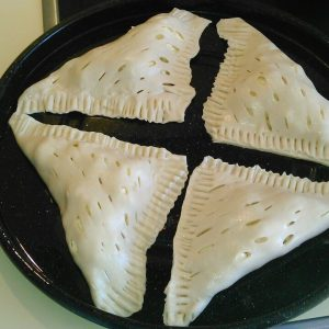 Пирожки из слоеного теста с творогом и сахаром