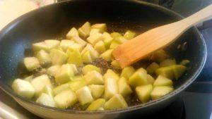 Обжариваем яблоки в меду на сковороде