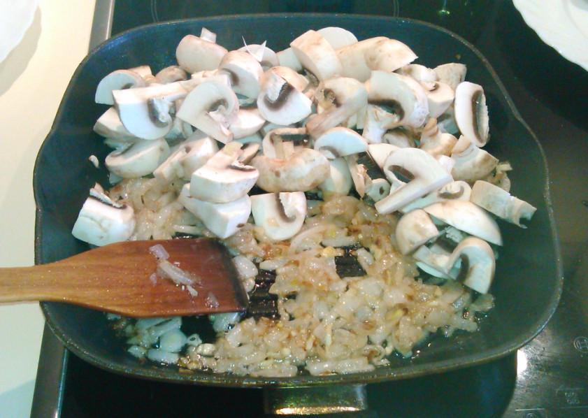 Добавляем грибы к луку с чесноком
