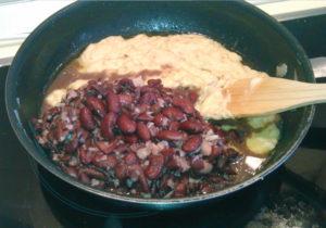 Как готовить сметанный соус с фасолью и луком