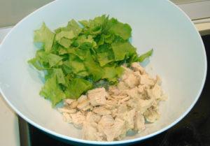 Салатные листья и куриная грудка в объемной чаше