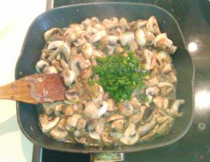 Добавляем укроп к грибам шампиньонам на сковороде