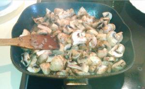 Обжариваем грибы с луком на сковороде на масле