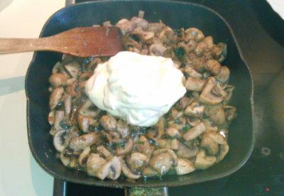 Шампиньоны со сметаной и луком на сковороде