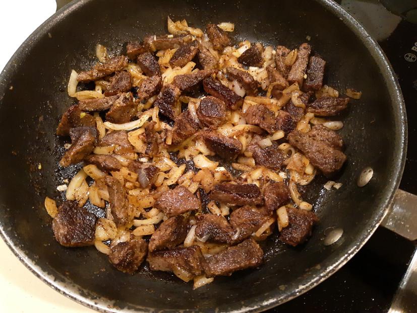 Обжариваем мясо с луком на сковороде