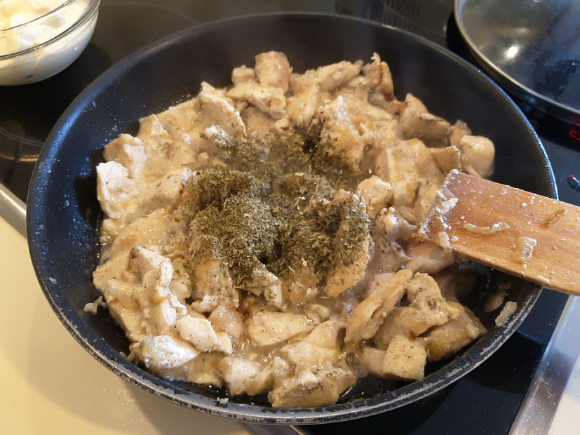 Куриное филе с сушеным сельдереем на сковороде