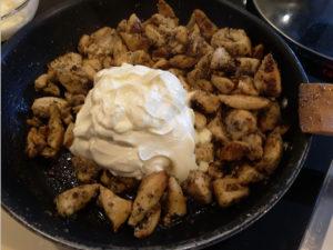 Куриное филе со сметаной на сковороде