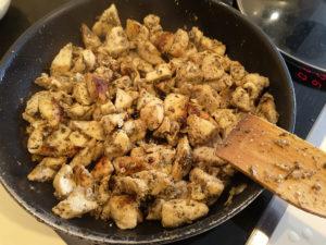 Обжаренное куриное филе на сковороде