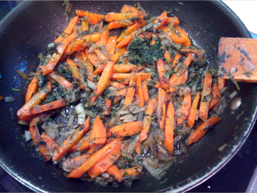 Обжариваем лук и морковь с укропом