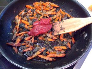 Обжариваем овощи с томатной пастой на масле