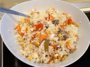 Салат рис консерва яйцо овощи