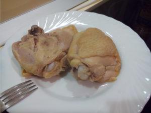 Вареные куриные бёдра на тарелке