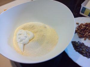 Смешиваем кукурузную муку с сахаром и майонезом в чаше