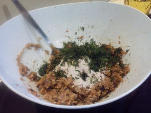 Добавляем укроп в баклажановое тесто на оладьи из баклажанов