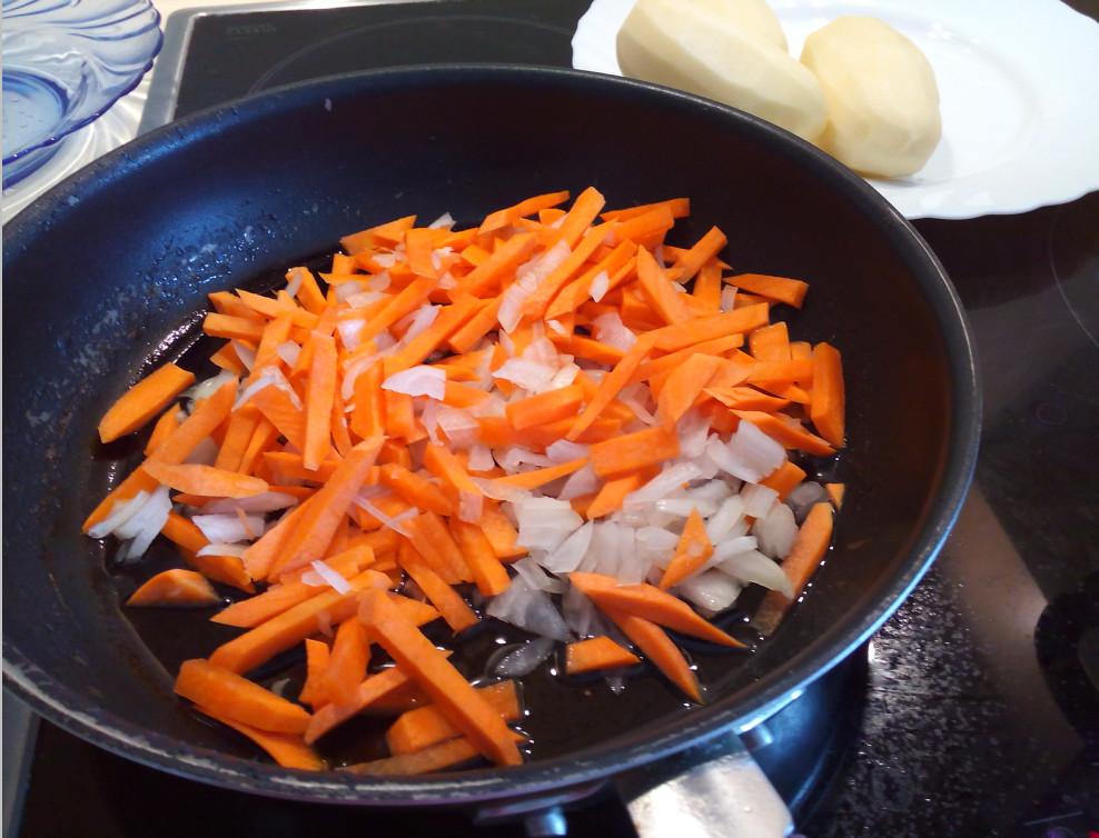 Пасеруем лук и морковь на сковороде