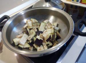 Порезанные баклажаны в сковороде