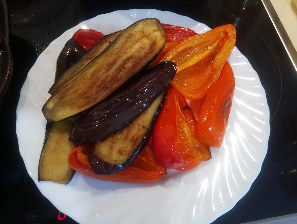 Обжаренные баклажаны и болгарский перец на тарелке