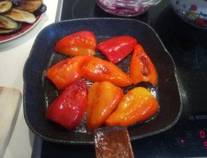 Обжариваем болгарский перец половинками на сковороде