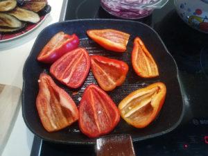 Обжариваем половинки болгарского перца на сковороде