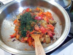 Рагу из овощей с баклажанами и укропом на сковороде