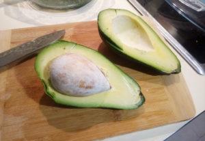 Спелый авокадо в разрезе