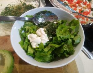 Салатные листья с соусом из майонеза