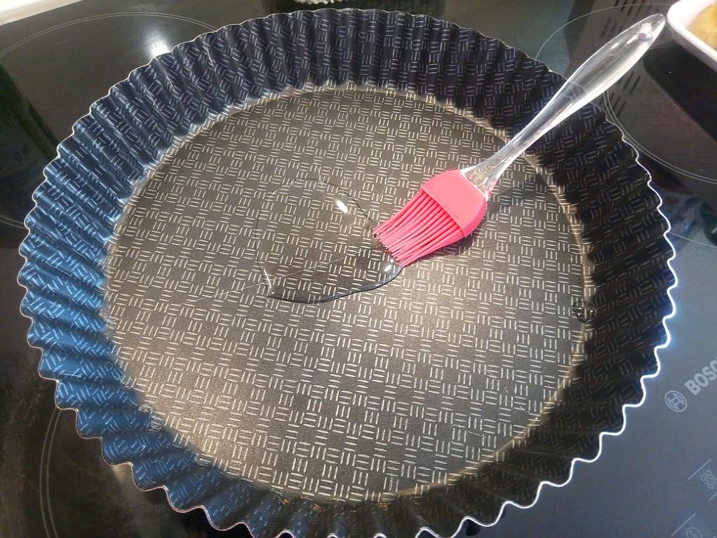 Смазываем маслом форму для выпечки дно и бока