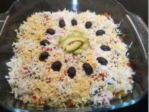 Диетический салат с авокадо и помидорами с маслинами