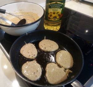 Жарим оладьи с медом на сковороде