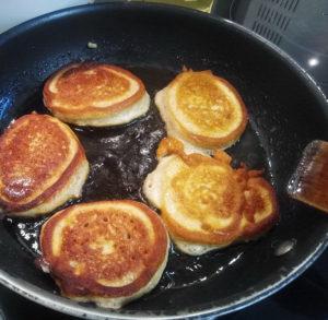 Жарим пышные оладьи с медом на сковороде