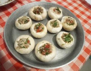 Фаршированные грибы на сковороде перед запеканием